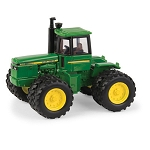 John Deere 1:64 scale Model 8450 Toy Tractor - 45592